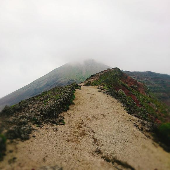 Ein Teil der Wanderroute führt über den Grat des Vulkans.