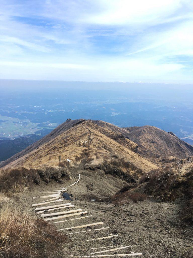Torii beim Abstieg vom Takachiho no Mine auf der Wanderroute Richtung Ojibarukoen.