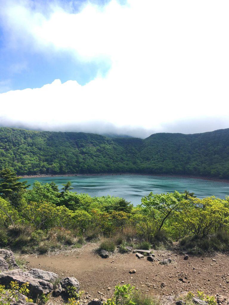 Der See Onami, smaragdgrüne Schönheit auf der Wanderroute durch den Kirishima-Kinkowan National Park.