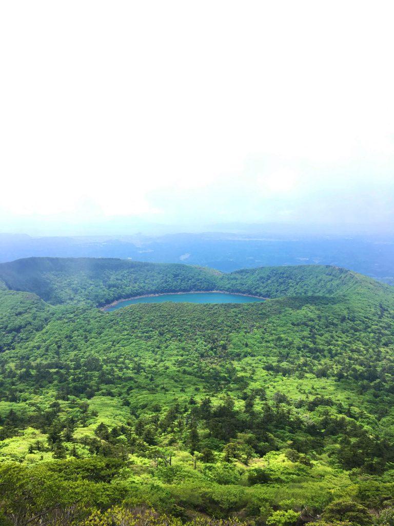 Aussicht auf den See Onami umgeben von Grün.