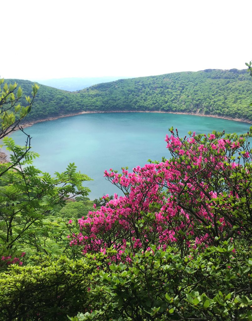 See Onami mit blühenden Azaleen im Kirishima-Kinkowan National Park.